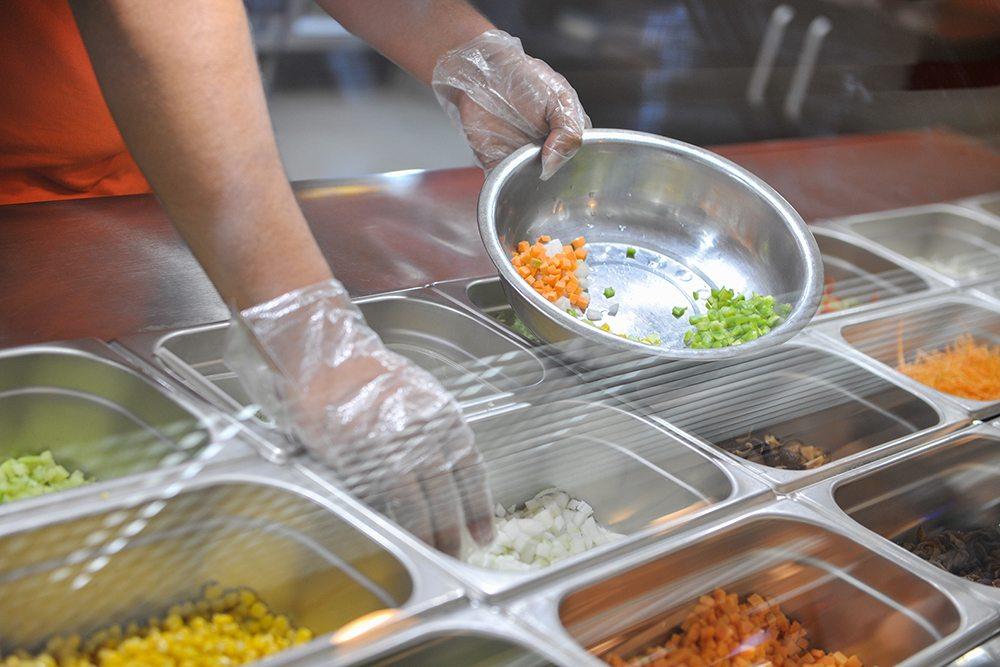 Bảo quản thực phẩm đúng cách và tách biệt thực phẩm sống - chín để ngăn ngừa nguy cơ nhiễm chéo