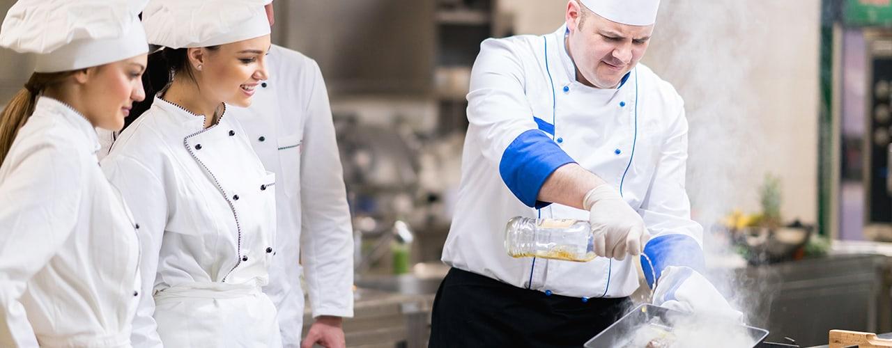 Mở các lớp đào tạo cho nhân viên về việc đảm bảo an toàn thực phẩm cho nhà hàng