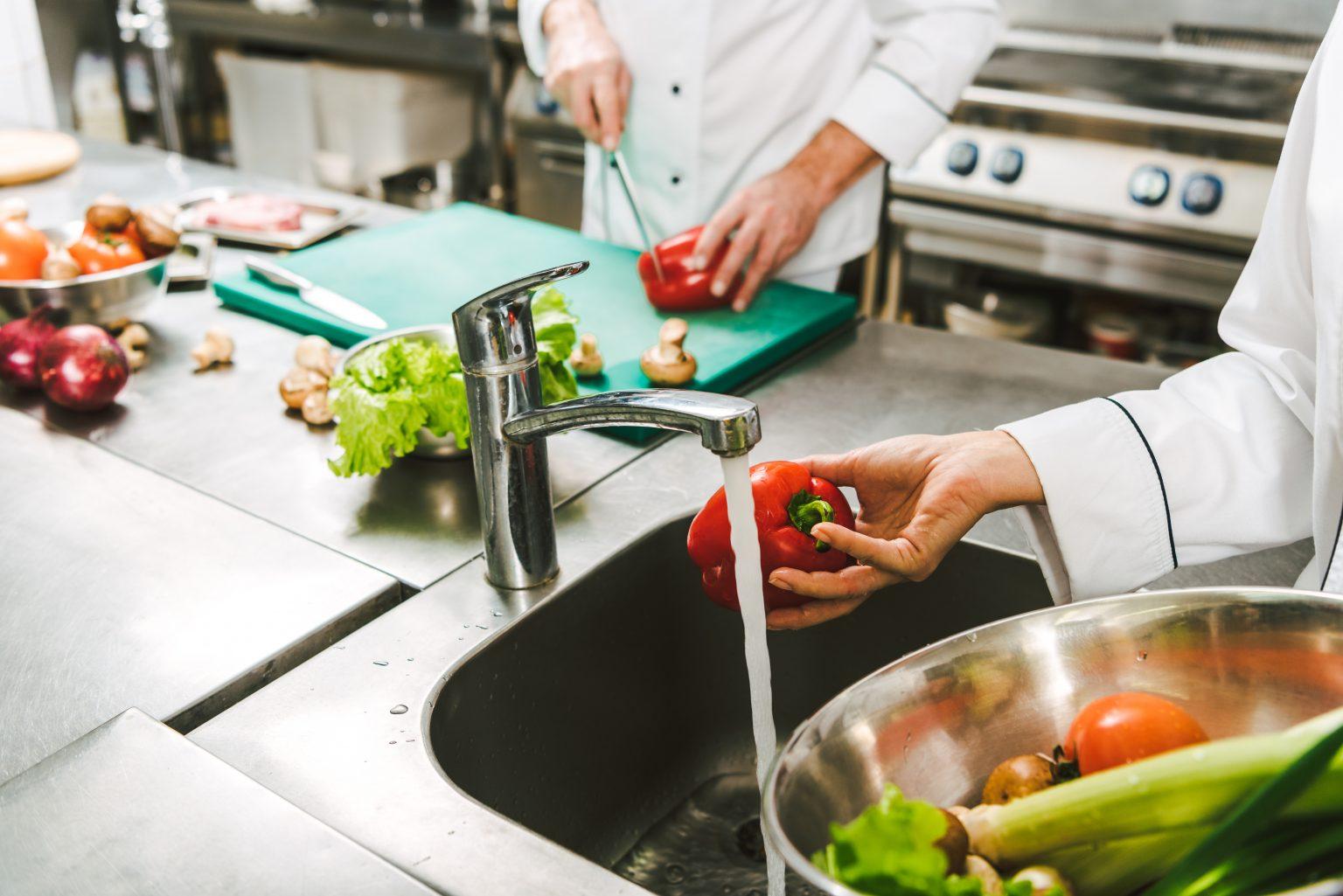 Hãy tách biệt bồn rửa tay vệ sinh và bồn rửa thực phẩm để đảm bảo an toàn thực phẩm cho nhà hàng