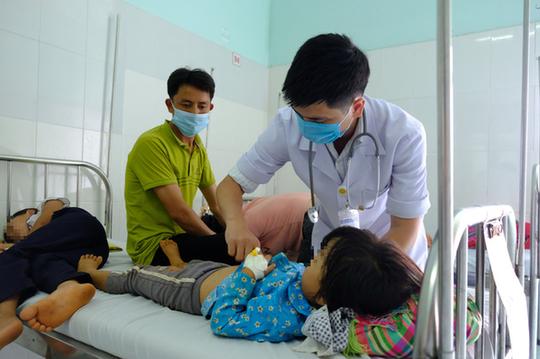 Bác sĩ điều trị cho một bé gái nghi bị ngộ độc sau khi ăn đám cưới tại xã Quảng Hòa